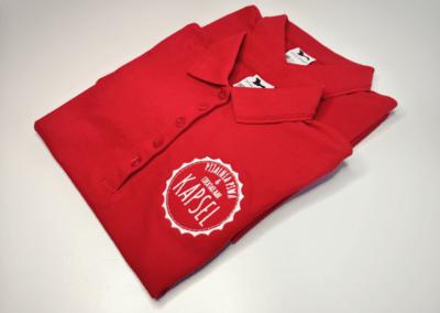Haftowane logo na koszulce polo