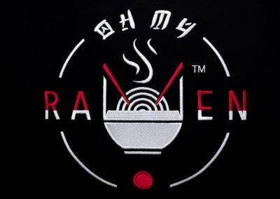 Duży haft logo na przodzie koszulki
